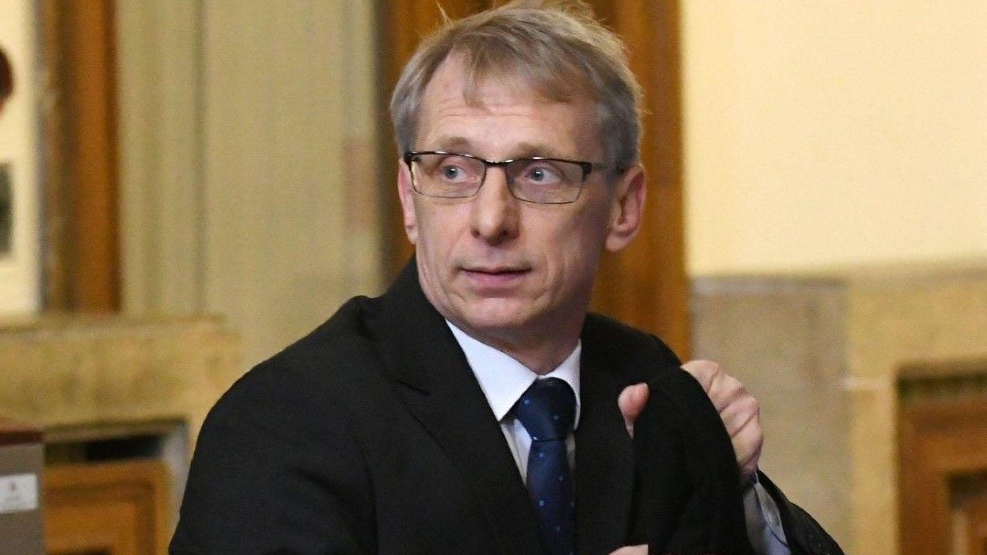 Николай Денков се обяви против идеята да има само един учебник по предмет в училище