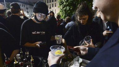 Маски долу - поляците се радват на отворените барове и ресторанти