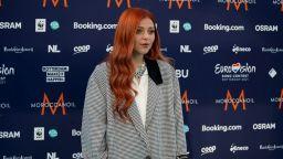 Виктория впечатли с изящна визия на тюркоазения килим на Евровизия 2021