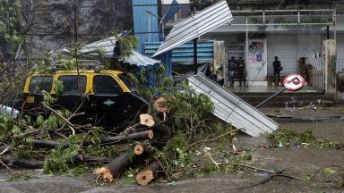 Мощният циклон Тауктае връхлетя Западна Индия и взе жертви