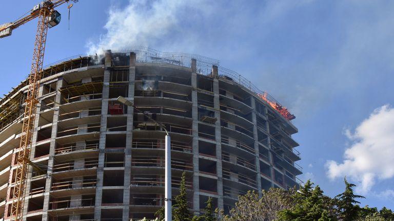 Пожар избухна на последния етаж на висок новостроящ се блок