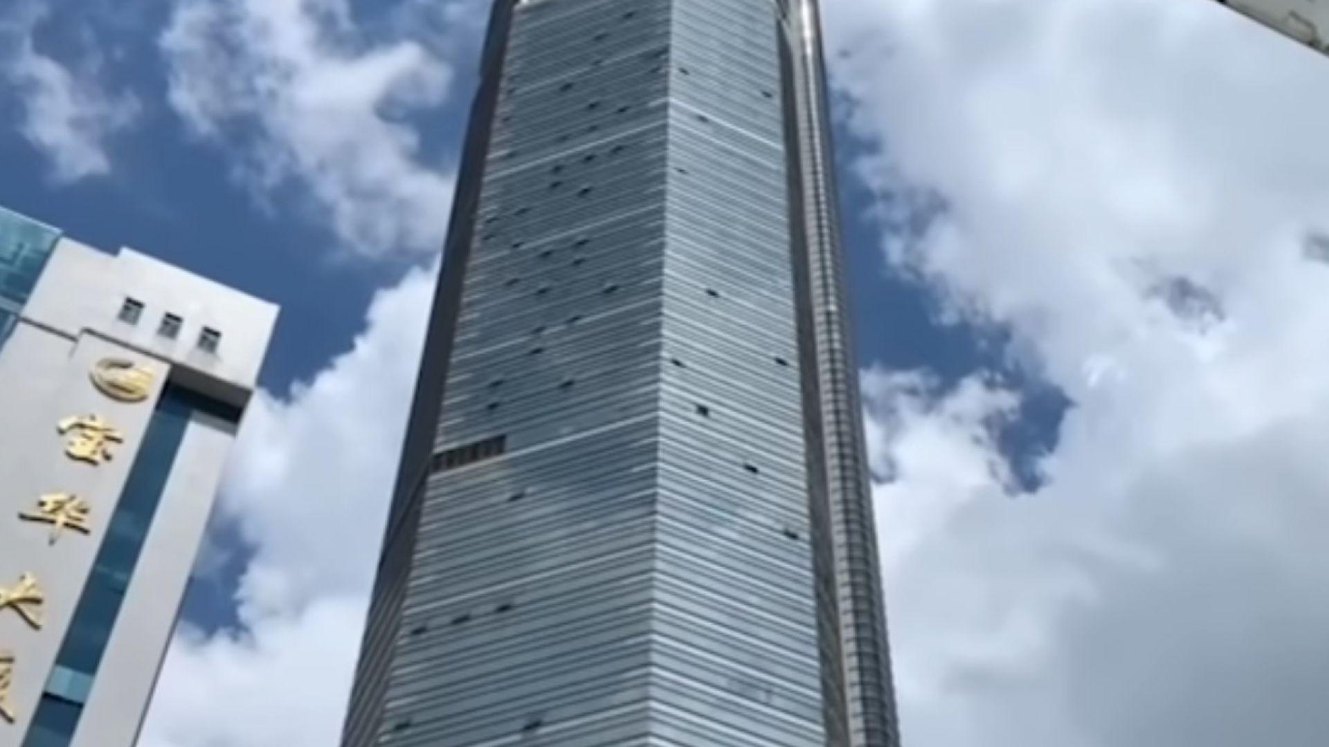 Китайски небостъргач се разлюля, стотици побягнаха панически (видео)