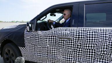 Байдън подкара нов електрически пикап на Ford и направи гаф (видео)