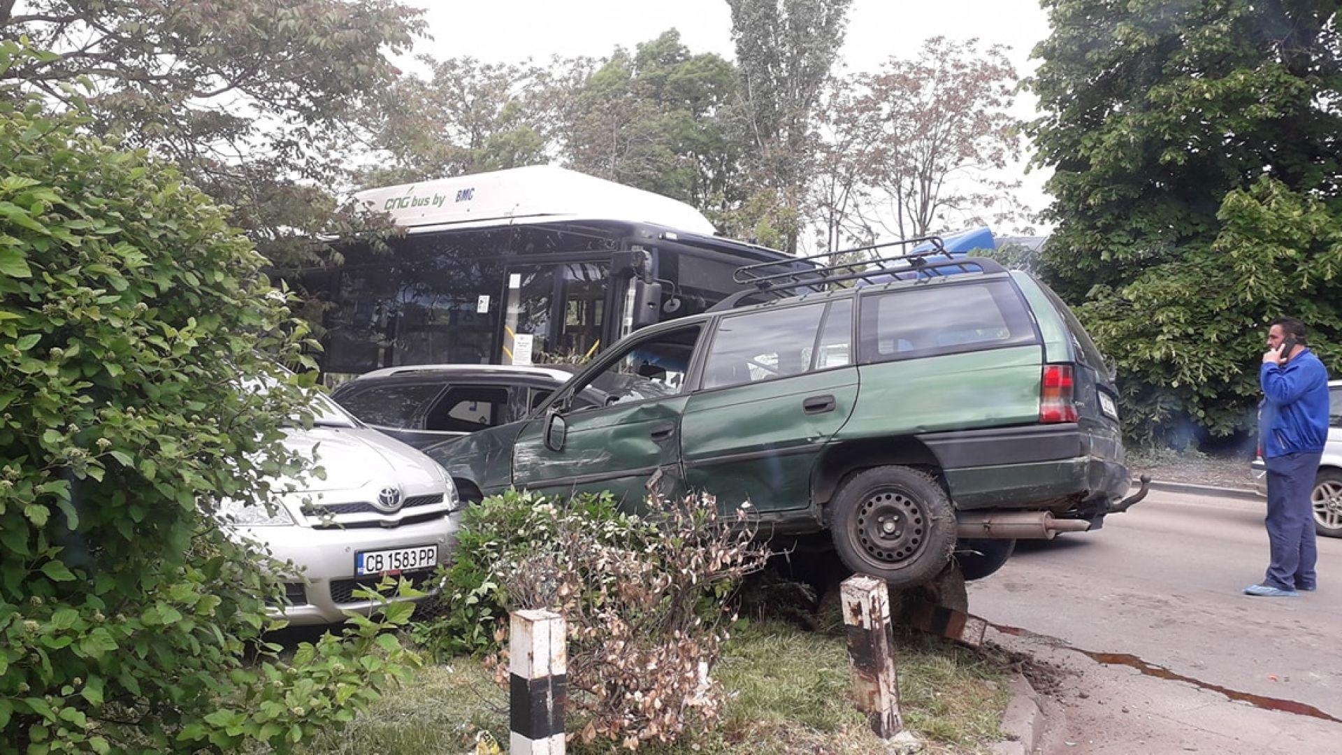 Верижен сблъсък на автобус и поне 7 коли в София (снимки)