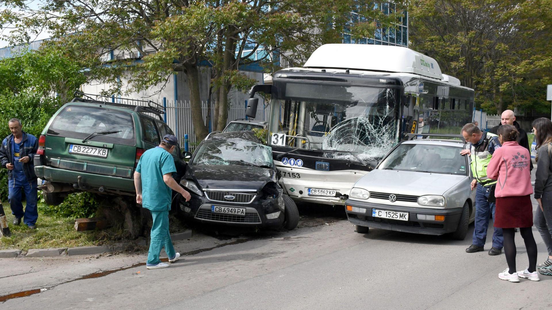Шофьорът на автобуса, помел 7 коли, натиснал газта вместо спирачка