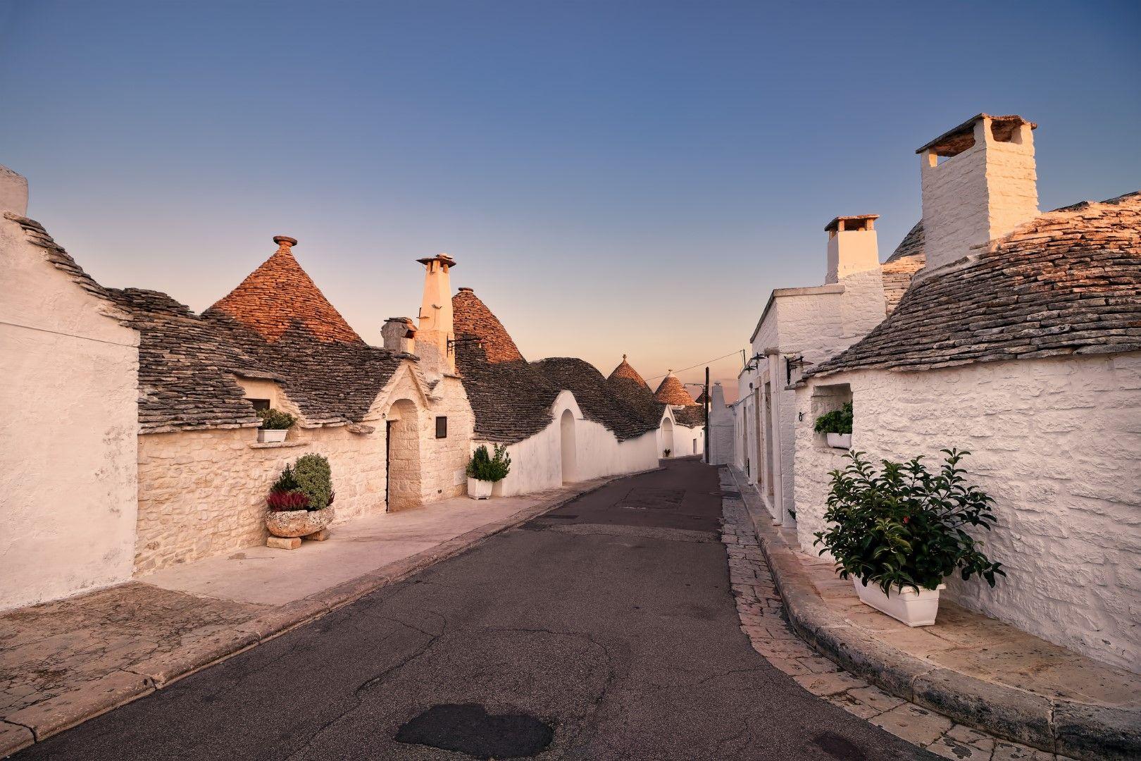 Слънцето близва покривите на магичните къщички в Алберобело