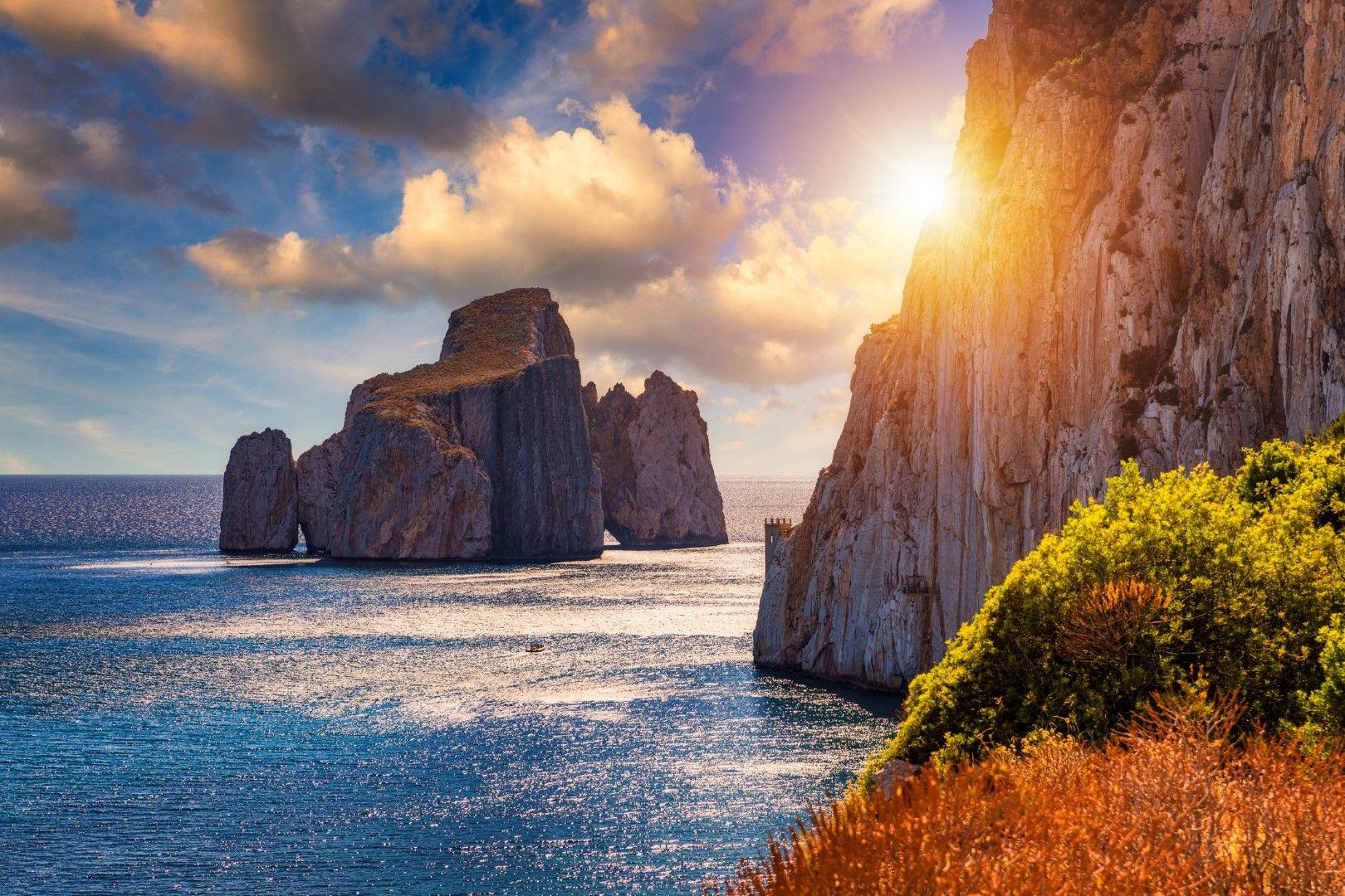 Скалата Захарна бучка край бреговете на остров Сардиния