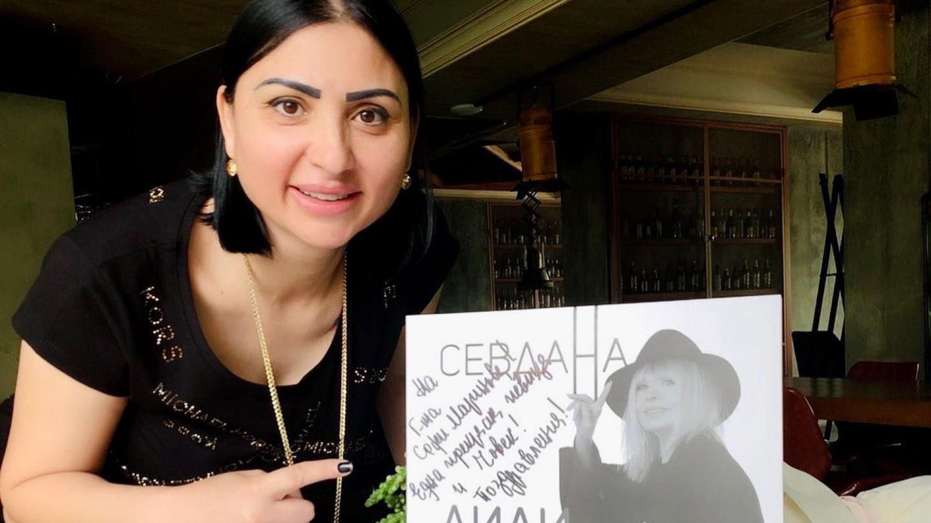 """Лили Иванова затрупа с подаръци Софи Маринова след представянето ѝ в """"Капките"""""""