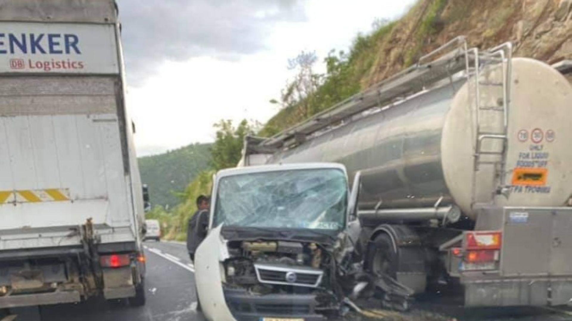 Пиян шофьор предизвика катастрофа в Кресненското дефиле, бременна жена е в болница