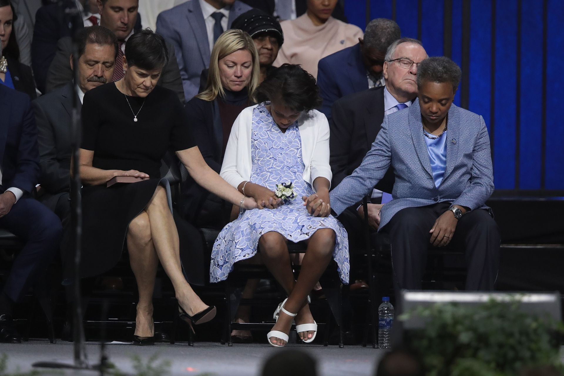 Лори Лайтфут, съпругата ѝ Ейми Ешлеман и дъщеря им Вивиан слушат молитва по време на церемонията по встъпване в длъжност