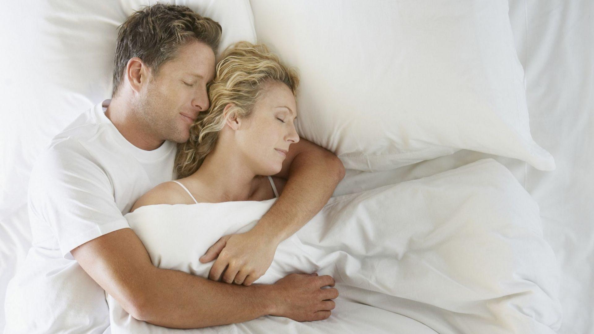 Семейните двойки, които делят едно легло, спят по-добре