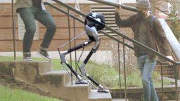 """Сляп"" робот успешно слиза по стълби (видео)"