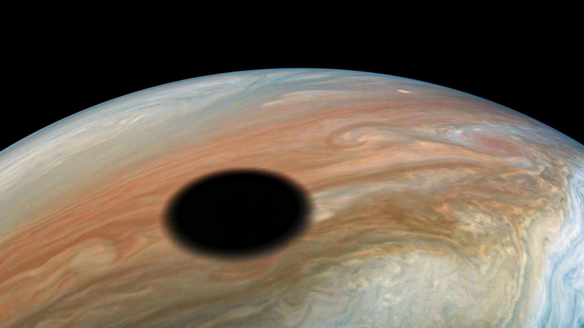 Юпитер вече официално има и друга луна