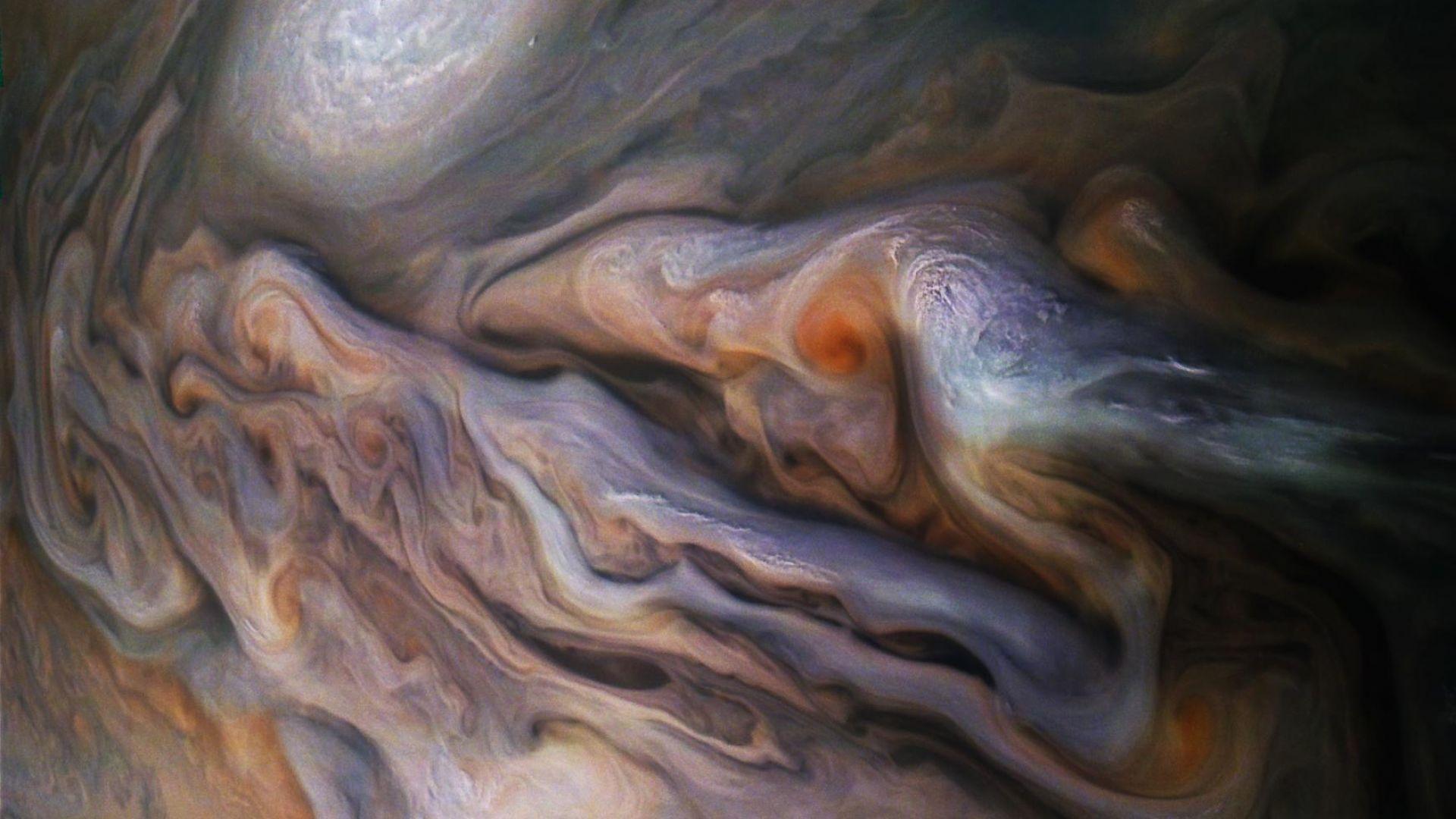 """""""Джуно"""" засне как се развива буря на Юпитер (снимки)"""