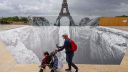 Създадоха каньон в подножието на Айфеловата кула