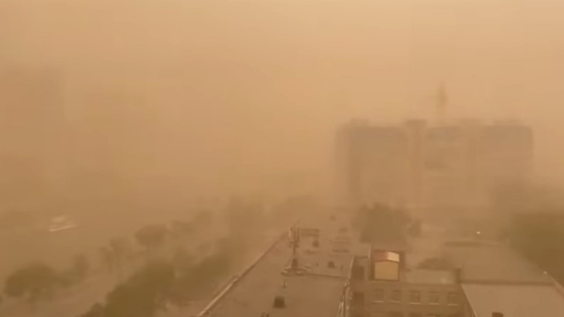 Мощна пясъчна буря застигна Южна Русия (видео)