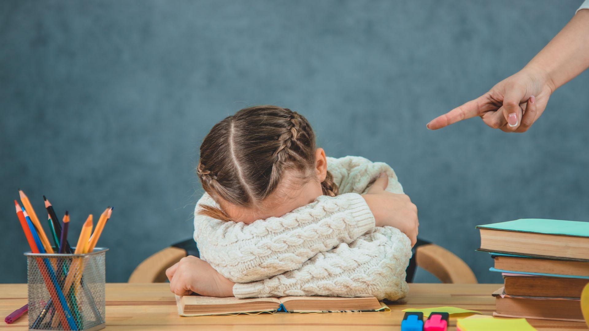 Учителка крещи и обижда първокласници в час, родителите искат уволнението ѝ