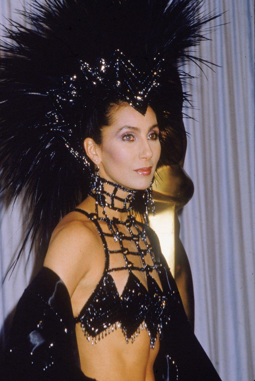 """Ексцентрична и изкусителна Шер пристига на церемонията по връчването на наградите """"Оскар"""" на 24 март 1986 г. в Лос Анджелис"""