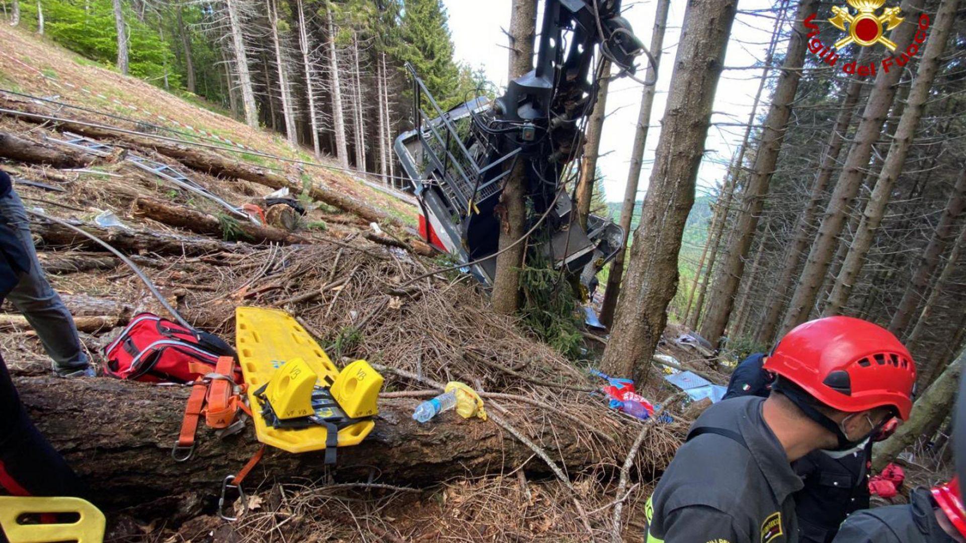 Кабинка от лифт падна край италианско езеро, най-малко 13 души са загинали (снимки)