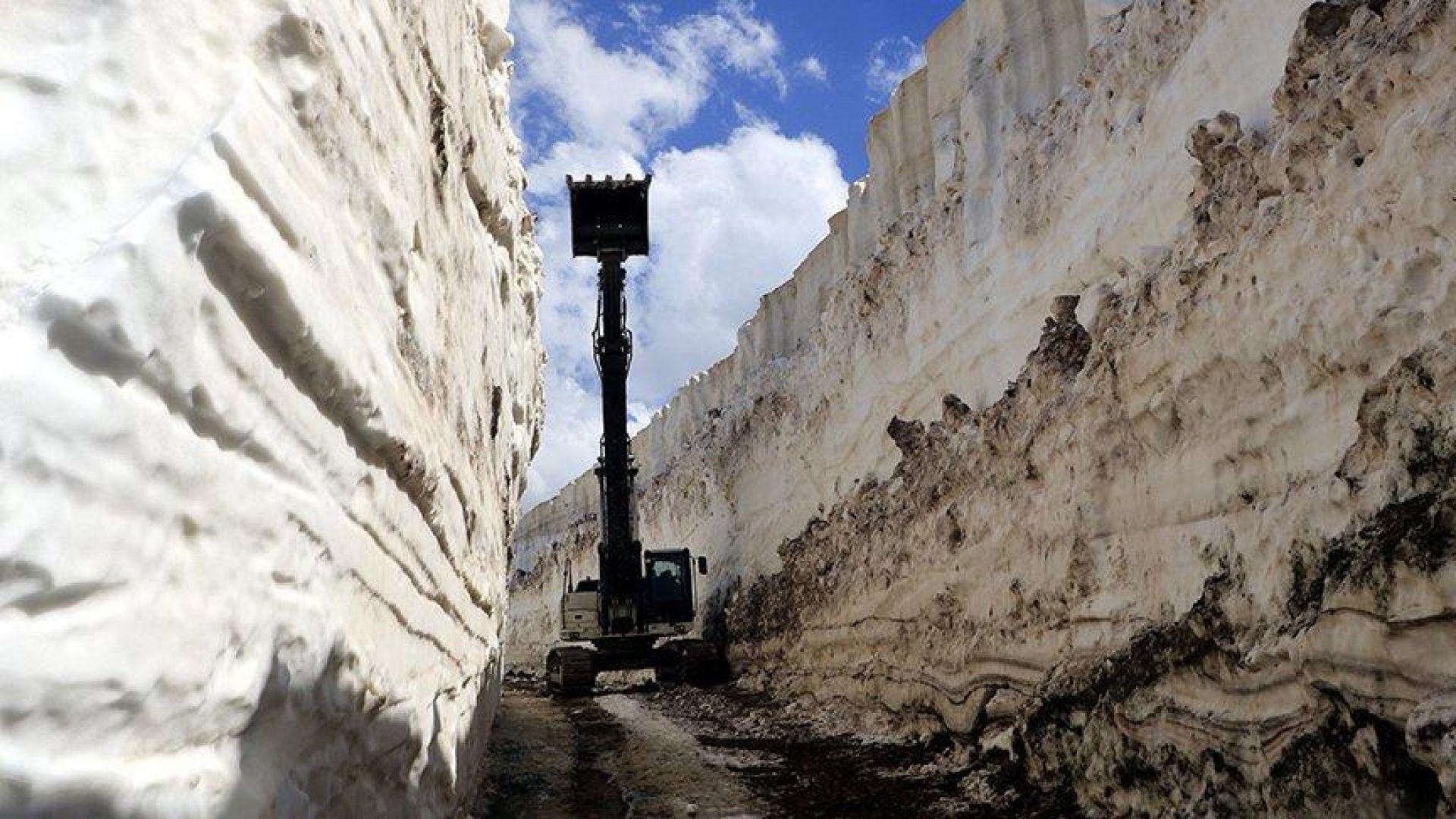 8-метров сняг блокира пътища в Югоизточна Турция (видео)