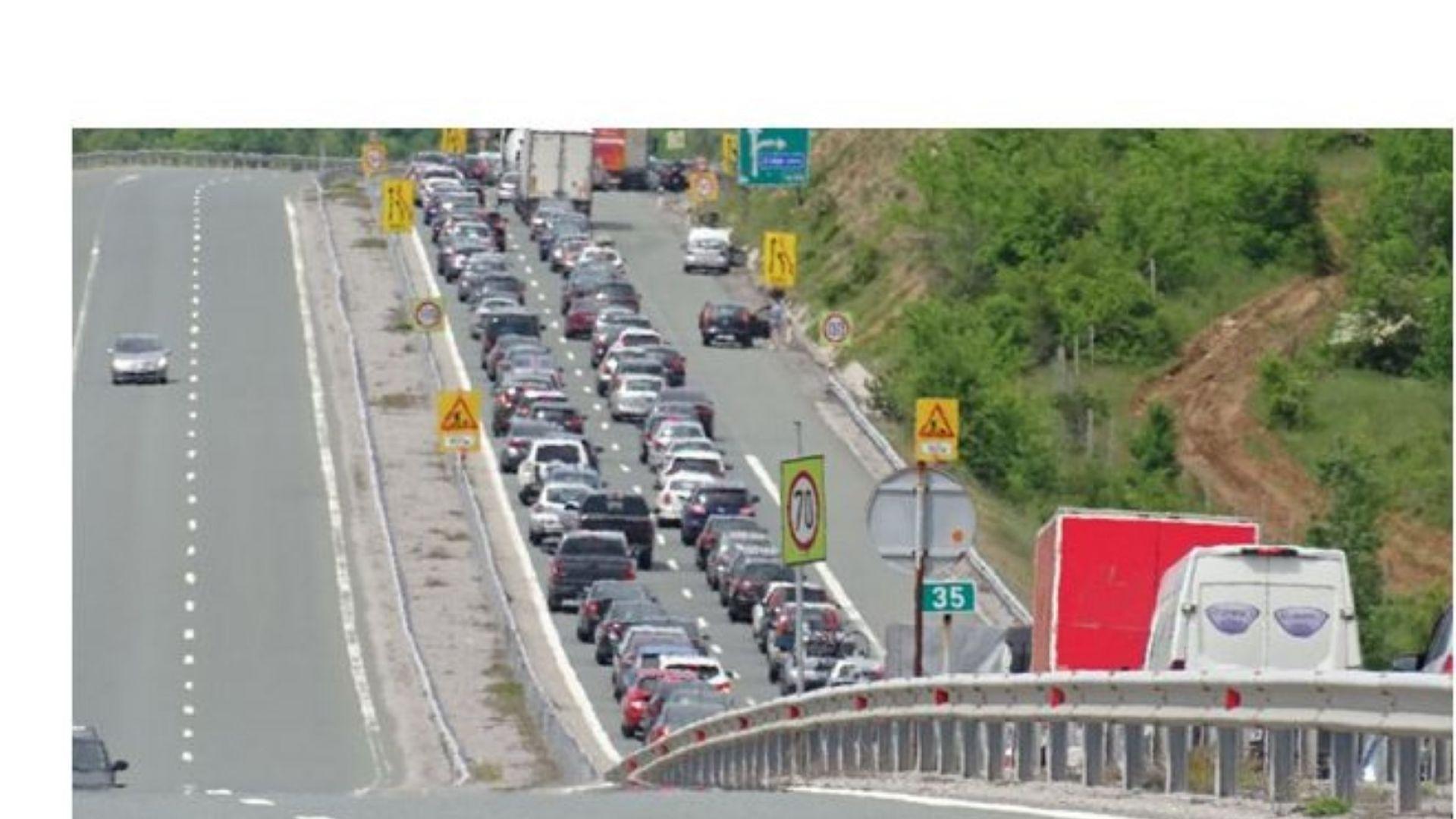 """Засилен трафик и дълга опашка на магистрала """"Струма"""""""