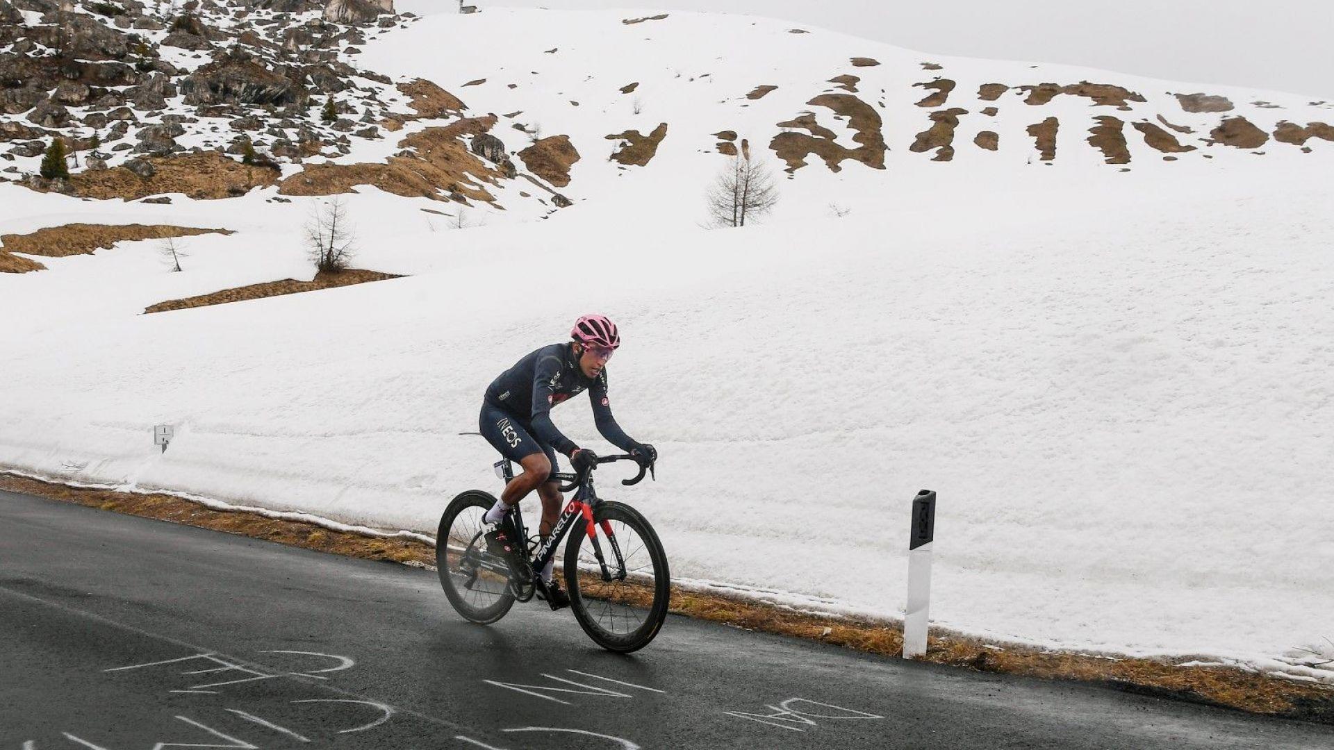 """Дъжд и сняг не спряха фаворита да увеличи аванса си в ключов етап от """"Джиро""""-то"""