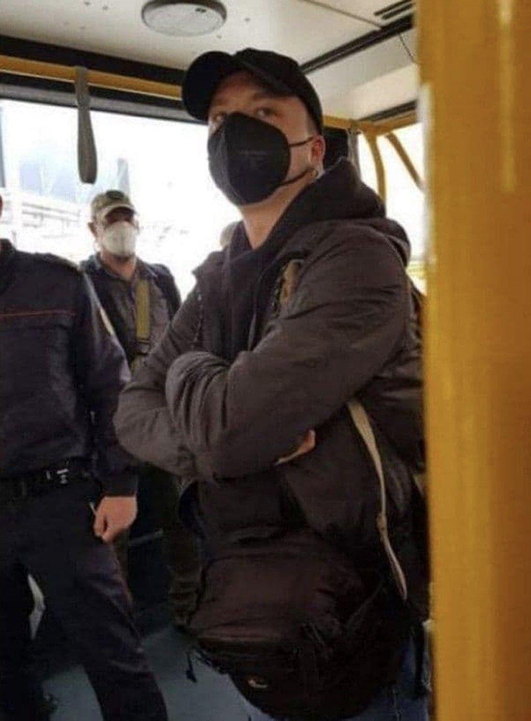 Роман Протасович в автобуса, след като е бил арестуван на летището в Минск