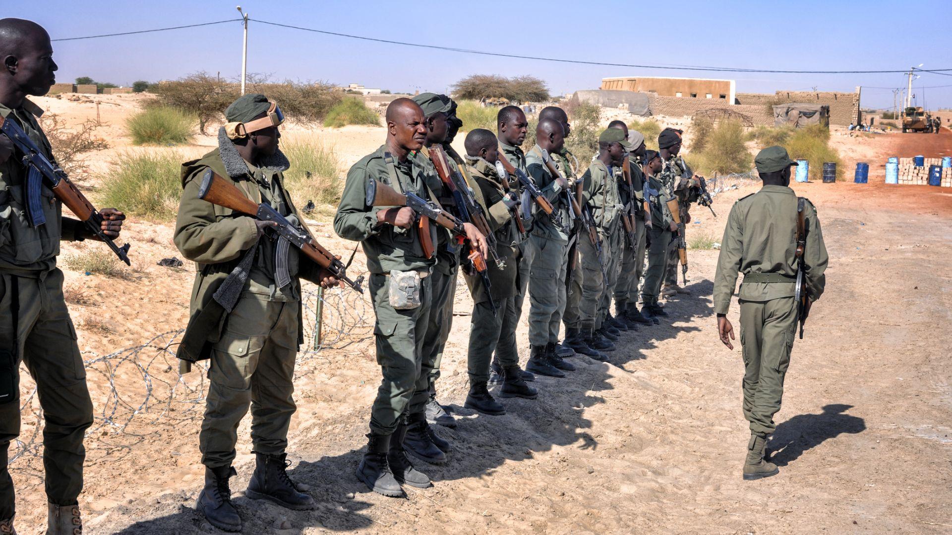 Армията на Мали арестува президента и премиера