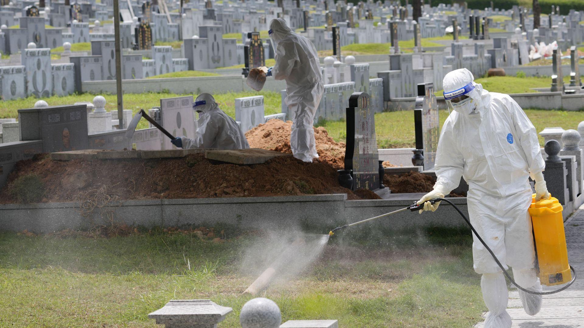 Как в Малайзия правят дезинфекция на погребение на починал от COVID-19 (снимки)