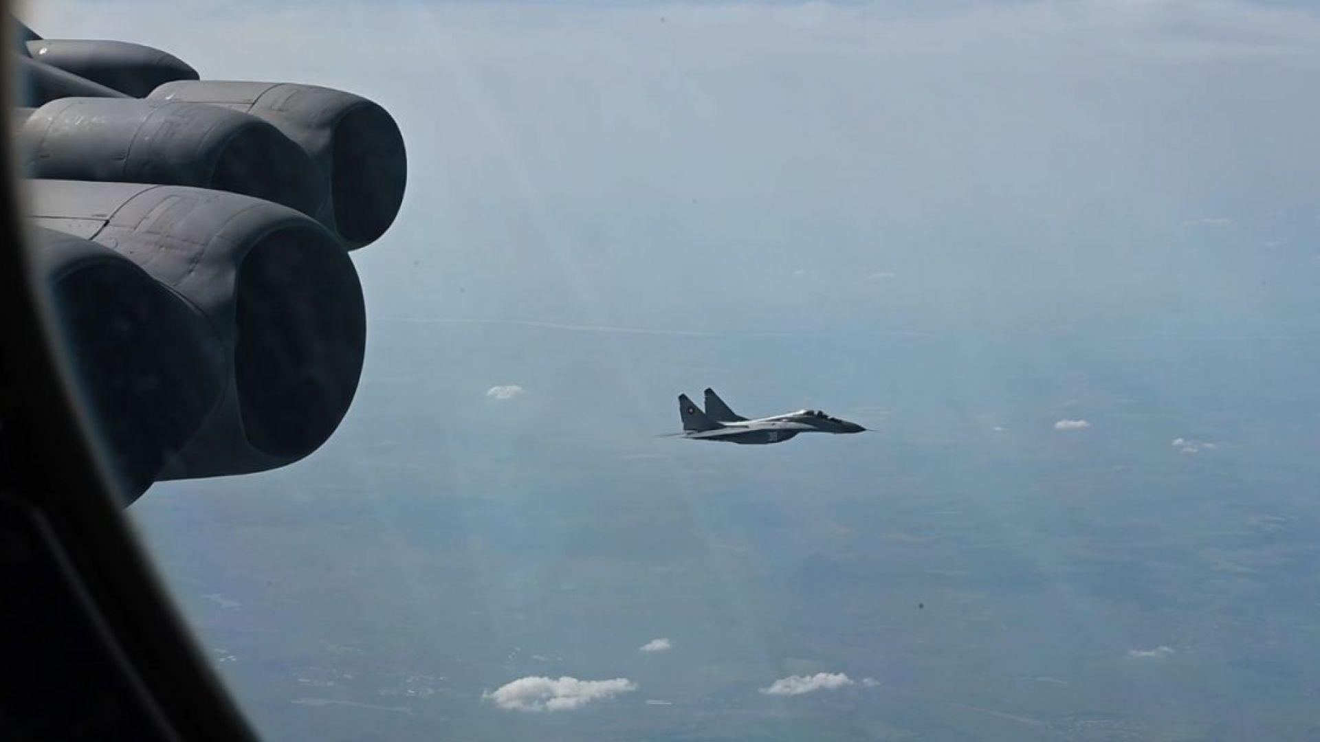 Български МиГ-29 в учение с US бомбардировач Б-52 над Черно море (видео)