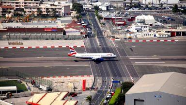 Време за кацане: Това летище пресича оживен булевард (видео)