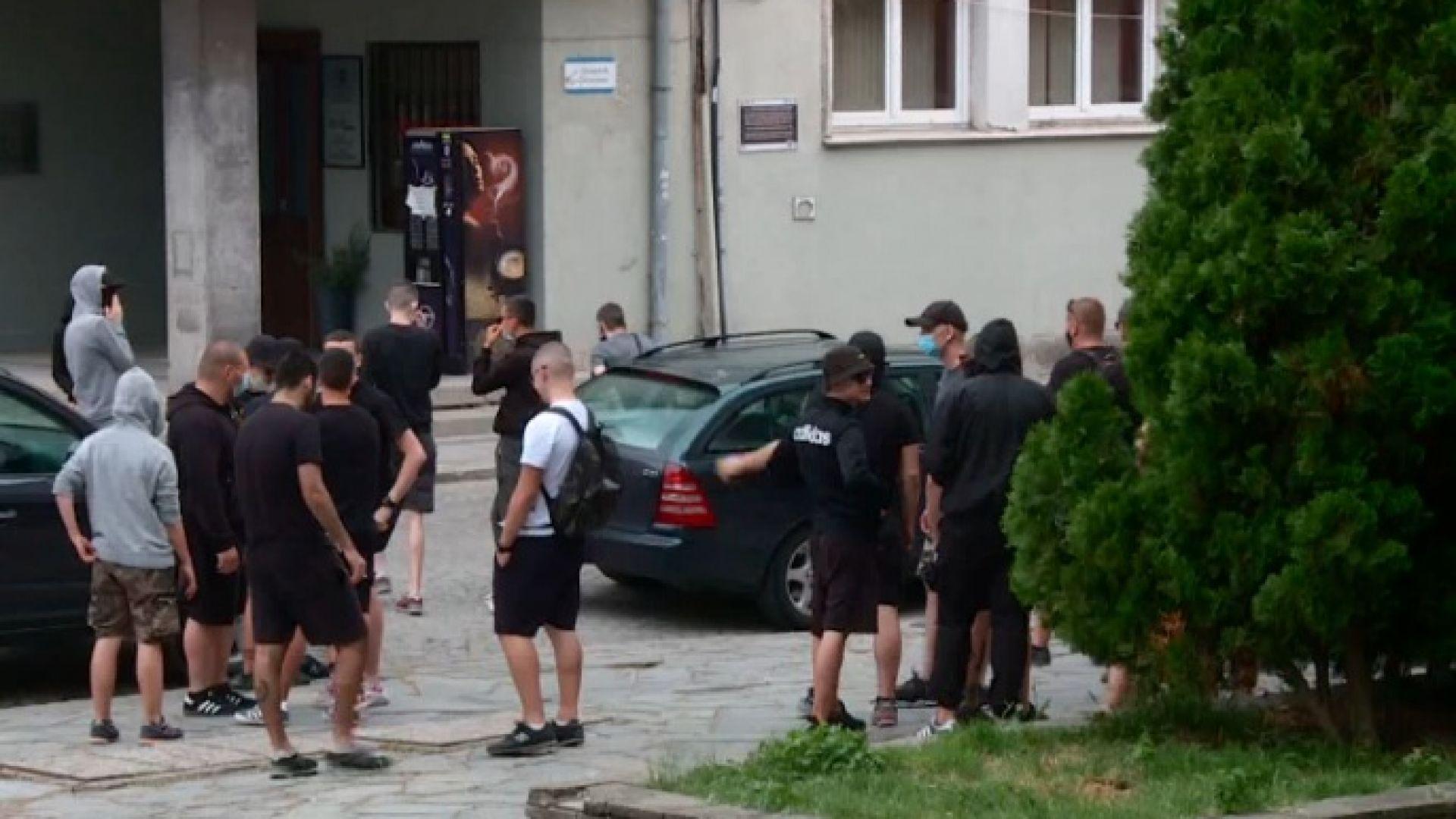 Футболни агитки опитаха да нахлуят на събитие на ЛГБТ организация в Пловдив