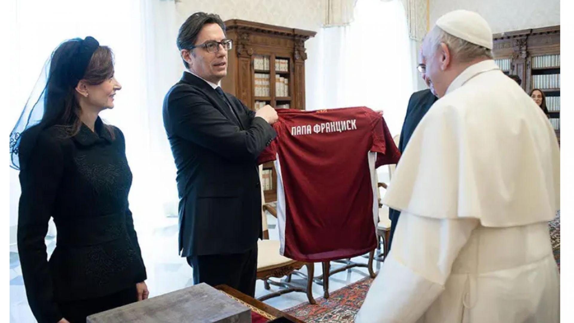 """На воала на първата дама на РСМ при папата: """"Слънцето не грее ли на всички"""" на глаголица"""