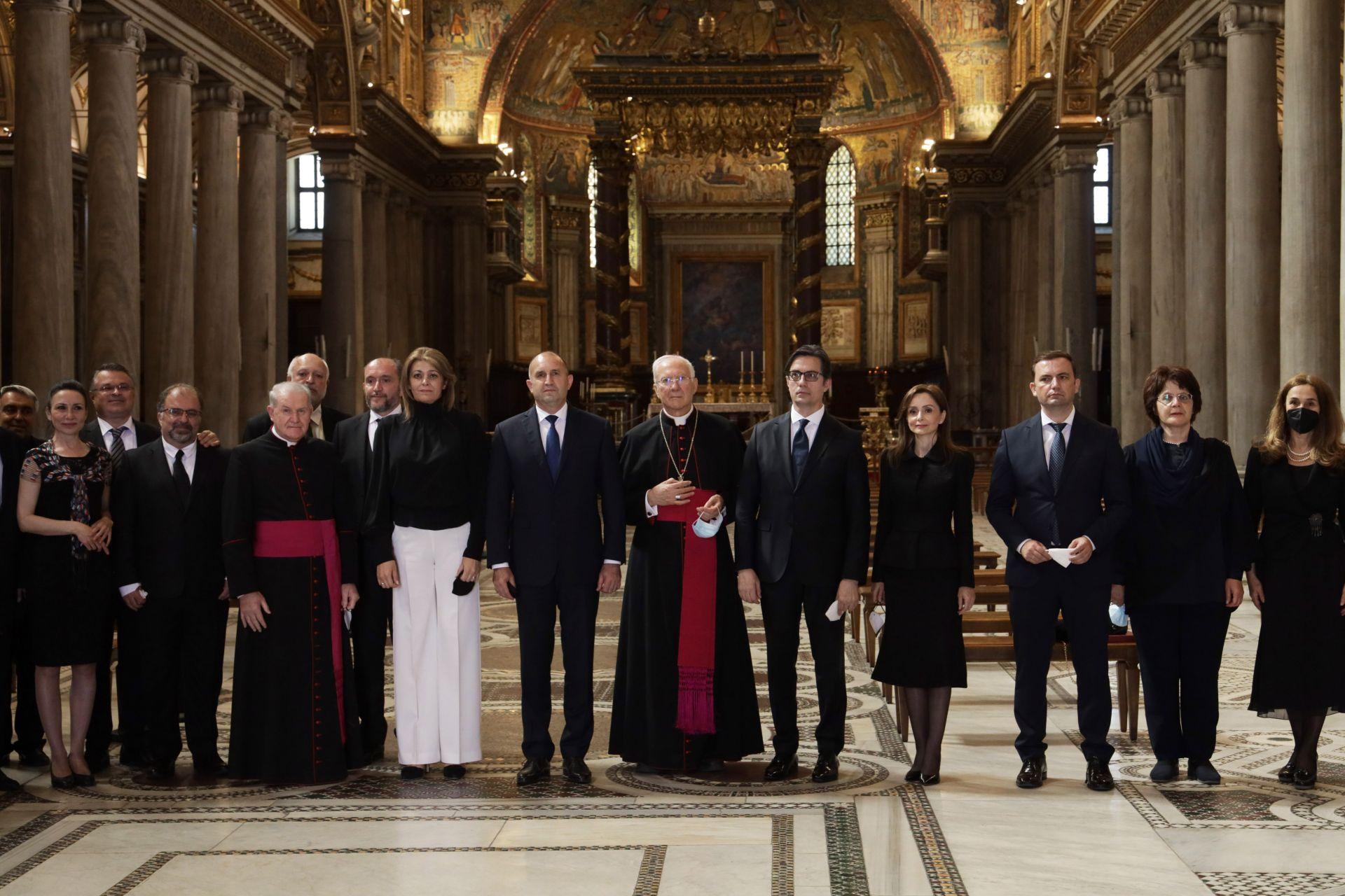 Румен Радев и северномакедонския си колега във Ватикана, където бяха заедно със съпругите си