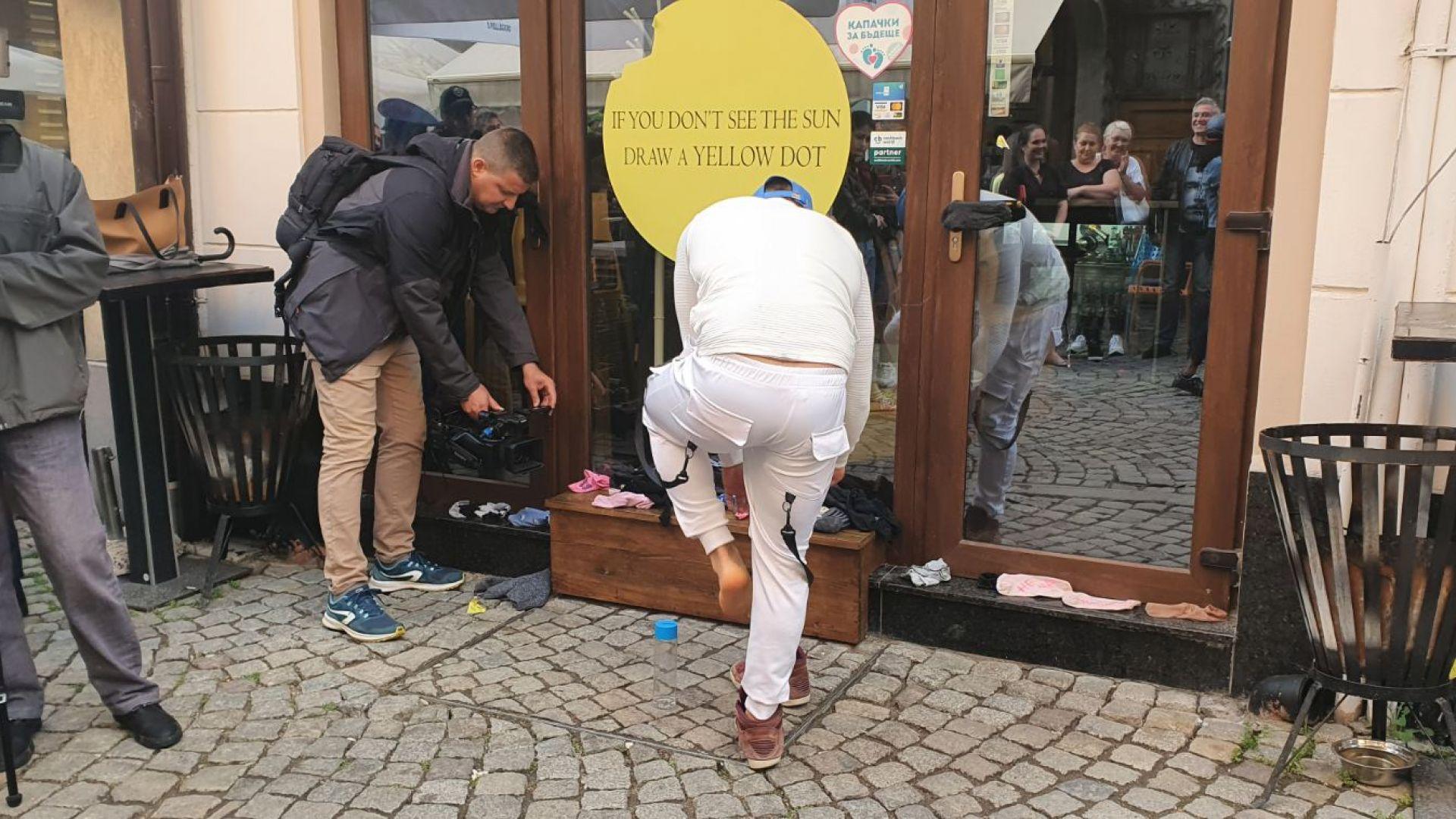 """Наказателна акция в """"Капана"""": Засипаха с мръсни чорапи заведението на бияча на Митко (снимки)"""