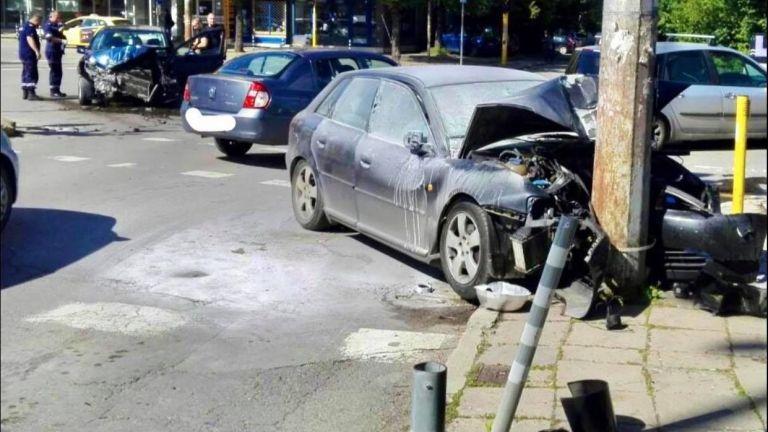 Петима абитуриентипострадаха при челен сблъсък на два автомобила в София.