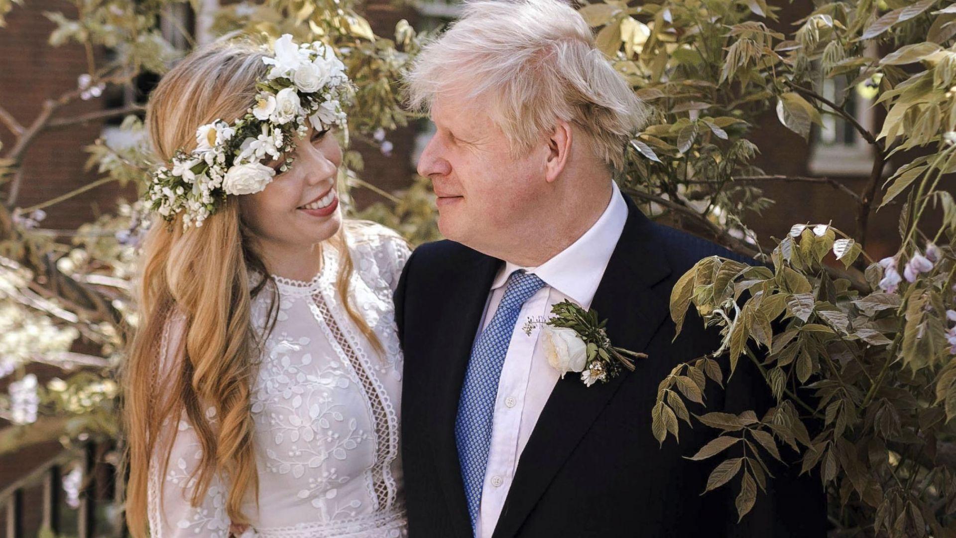 """Кари Саймъндс каза """"Да"""" на Борис Джонсън със сватбена рокля под наем за 45 лири"""