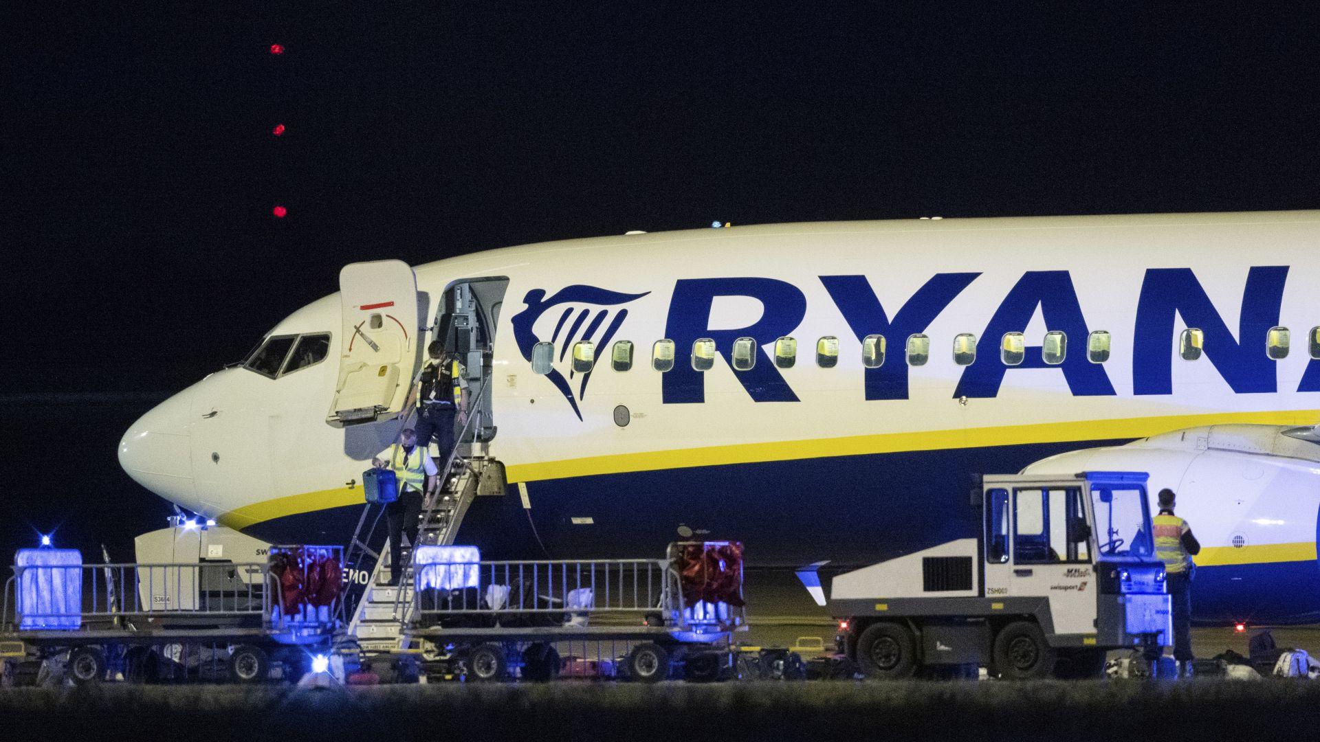 """Германската полиция претърсва часове самолет на """"Райънеър"""", кацнал непредвидено в Берлин"""