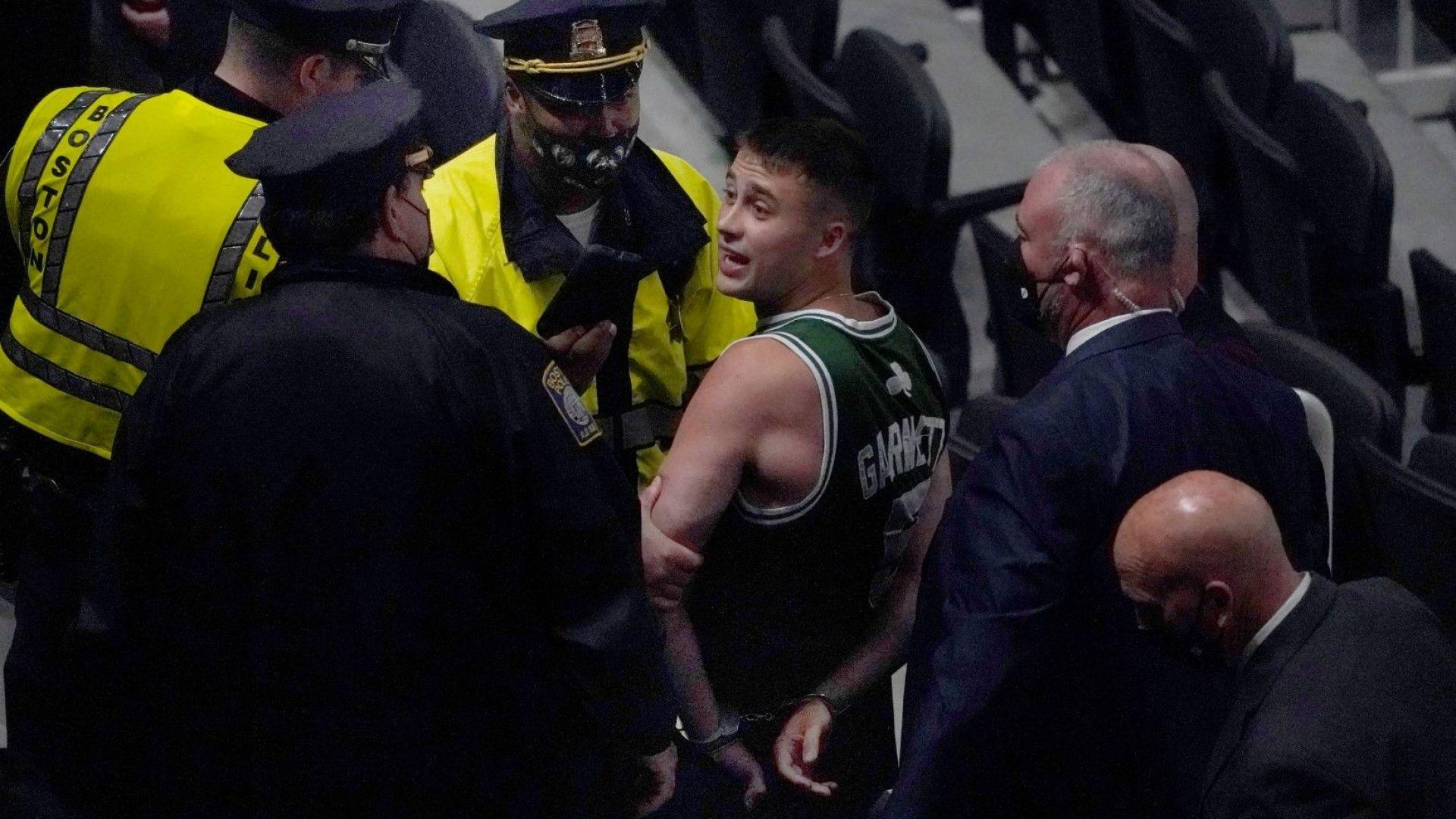 Арестуваха фен в НБА за хвърлена бутилка по бивш любимец