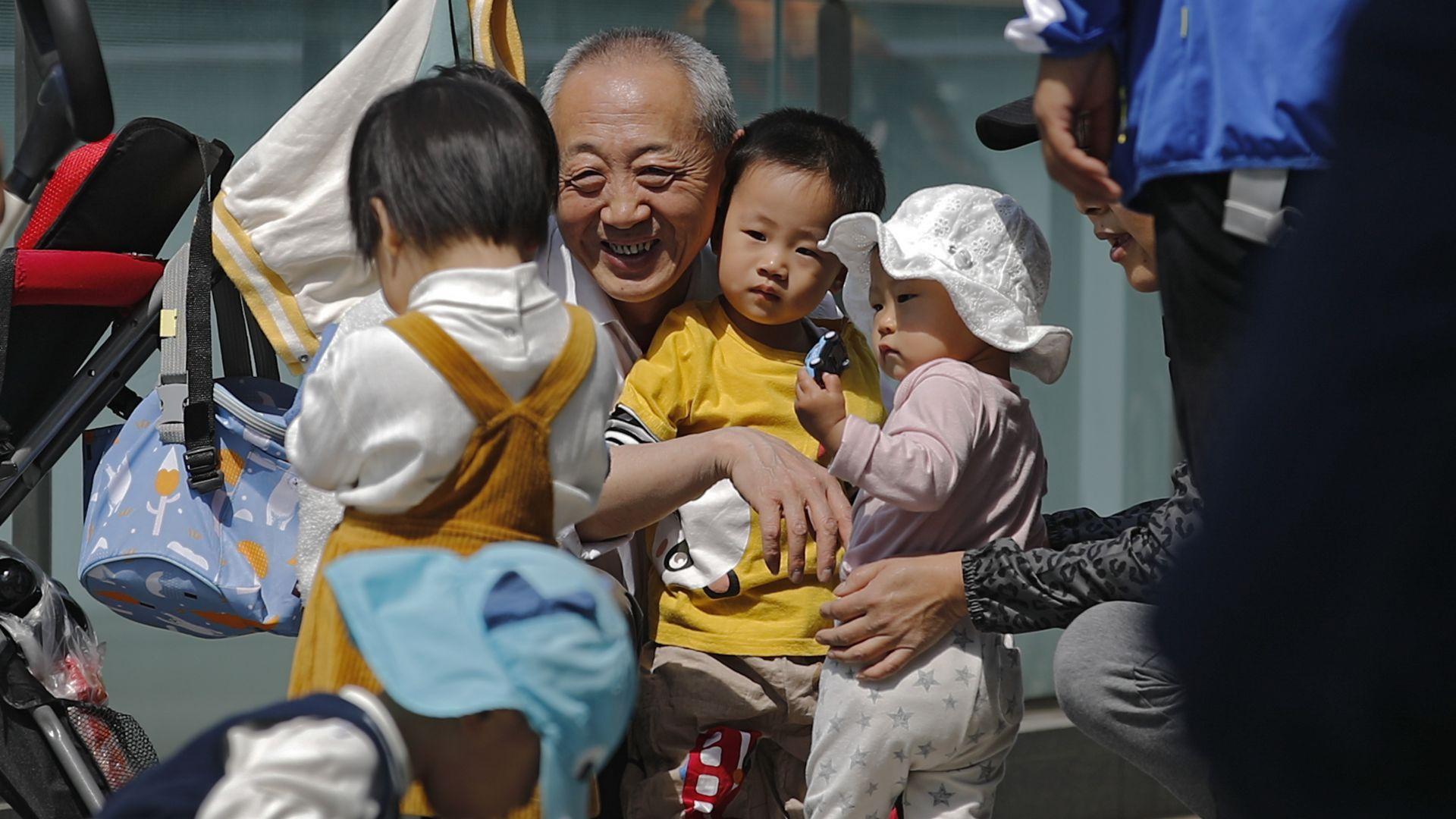 Край на двудетните семейства - Китай ще бори демографската криза с право на трето дете