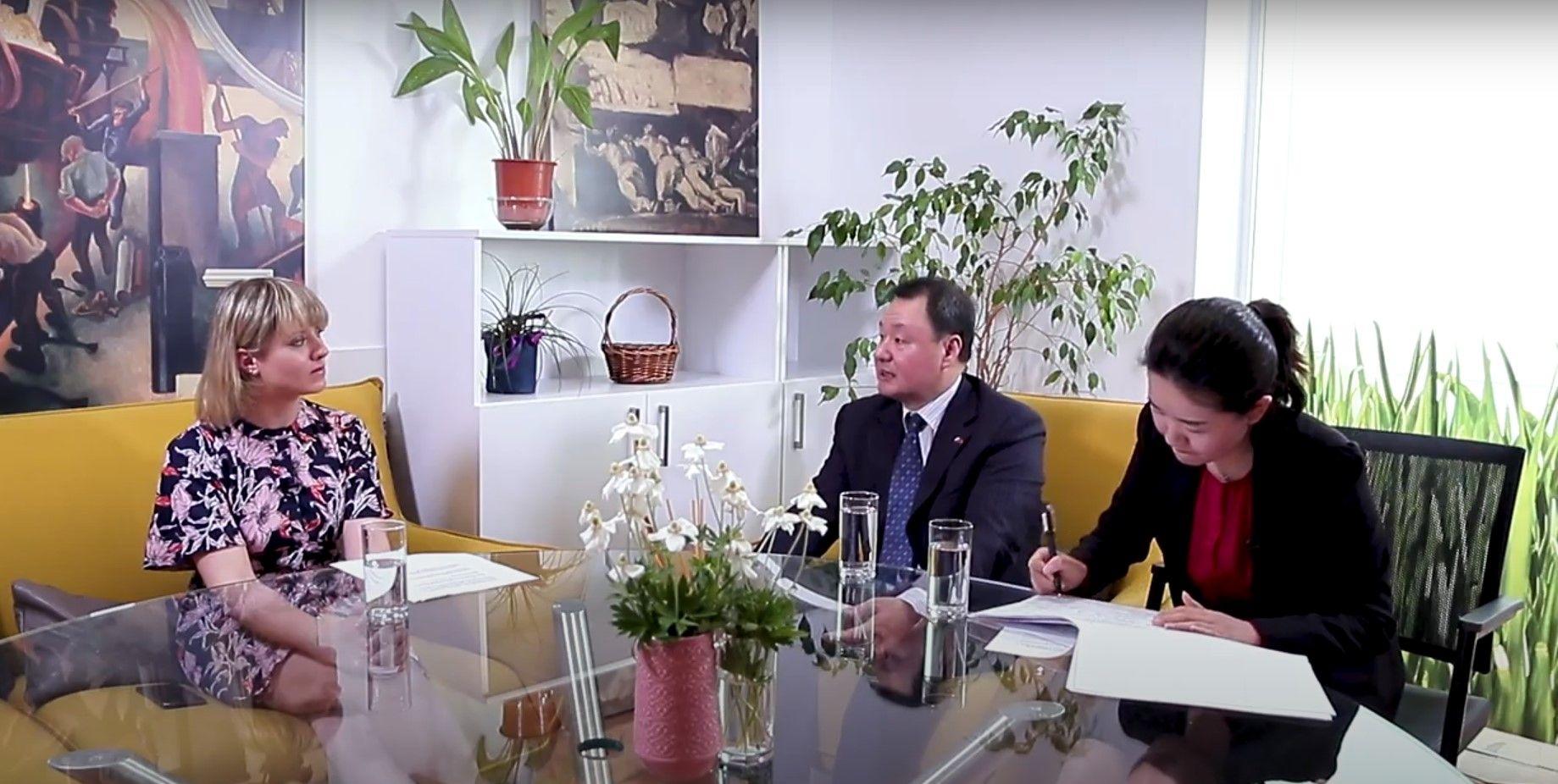 Разговор в студио Dir.bg - Юлия Владимирова, Йен Дзиенцюн и преводачката Ма ци.