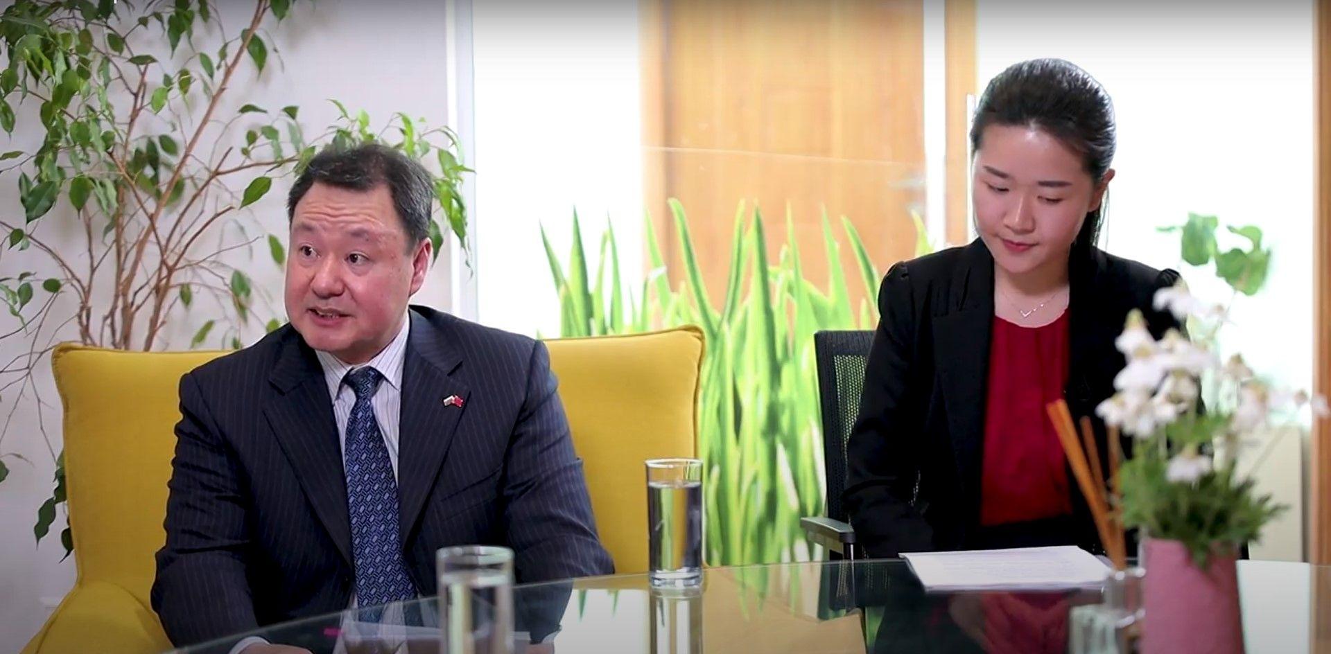 Политическият съветник към посолството на КНР Ян Дзиенцун и преводачката Ма Ци