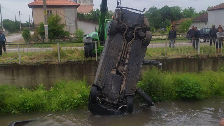 39-годишен пиян шофьор се обърна с колата си в река