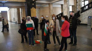 Група недоволни нахлу в Съдебна палата и блокира кабинета на Иван Гешев (снимки)