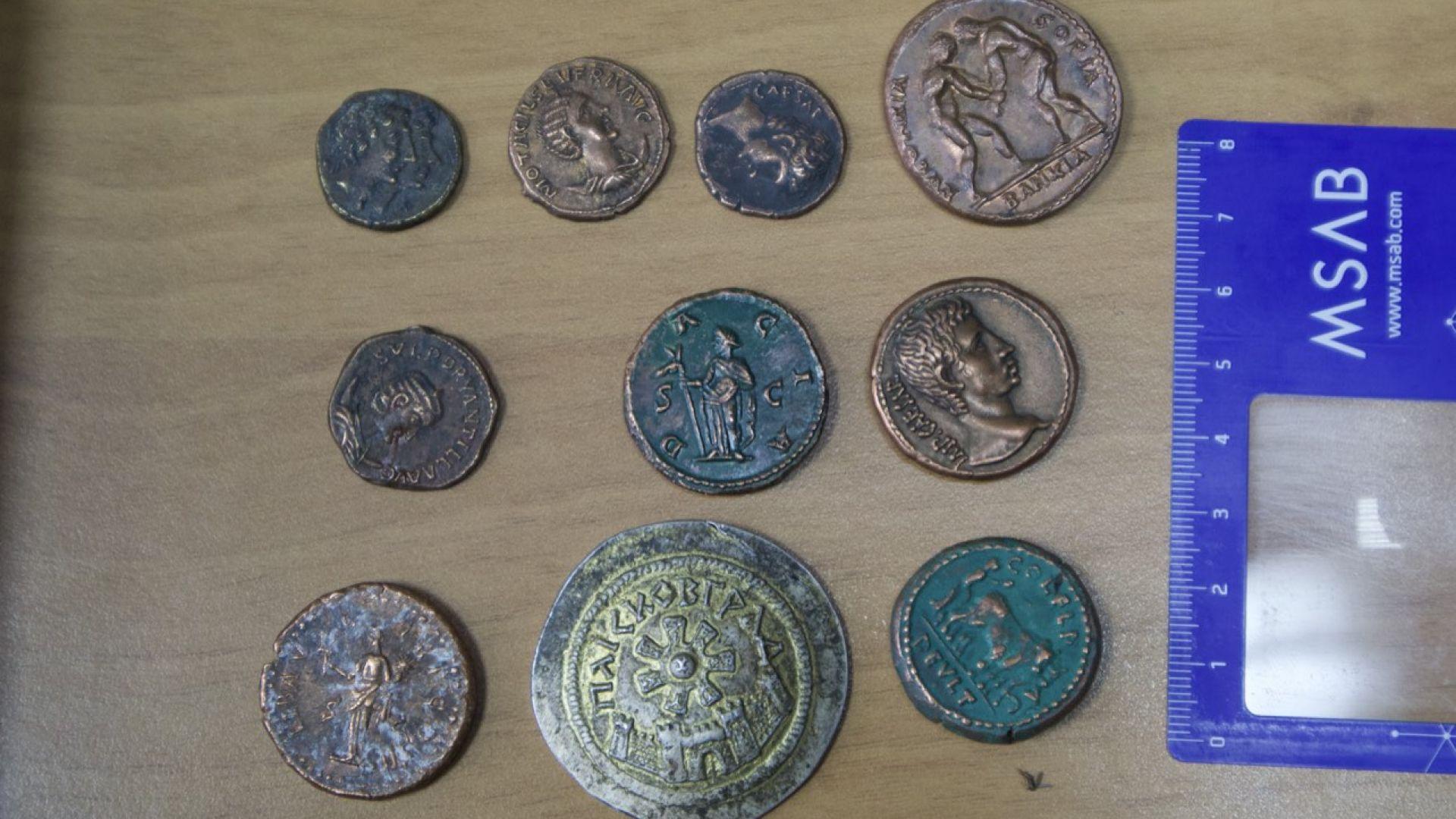 В кабинета на задържания висш полицай открити антични монети и визитки на фондацията на Божков