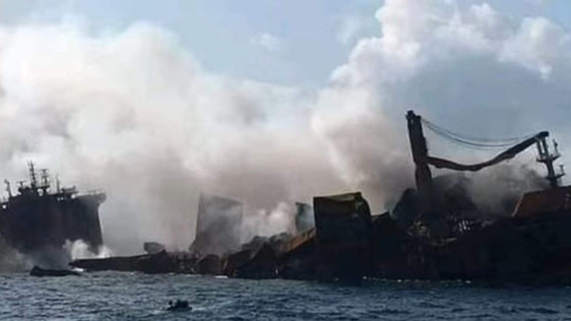 Горящият кораб край Шри Ланка потъва, има опасност от екологично бедствие (снимки/видео)