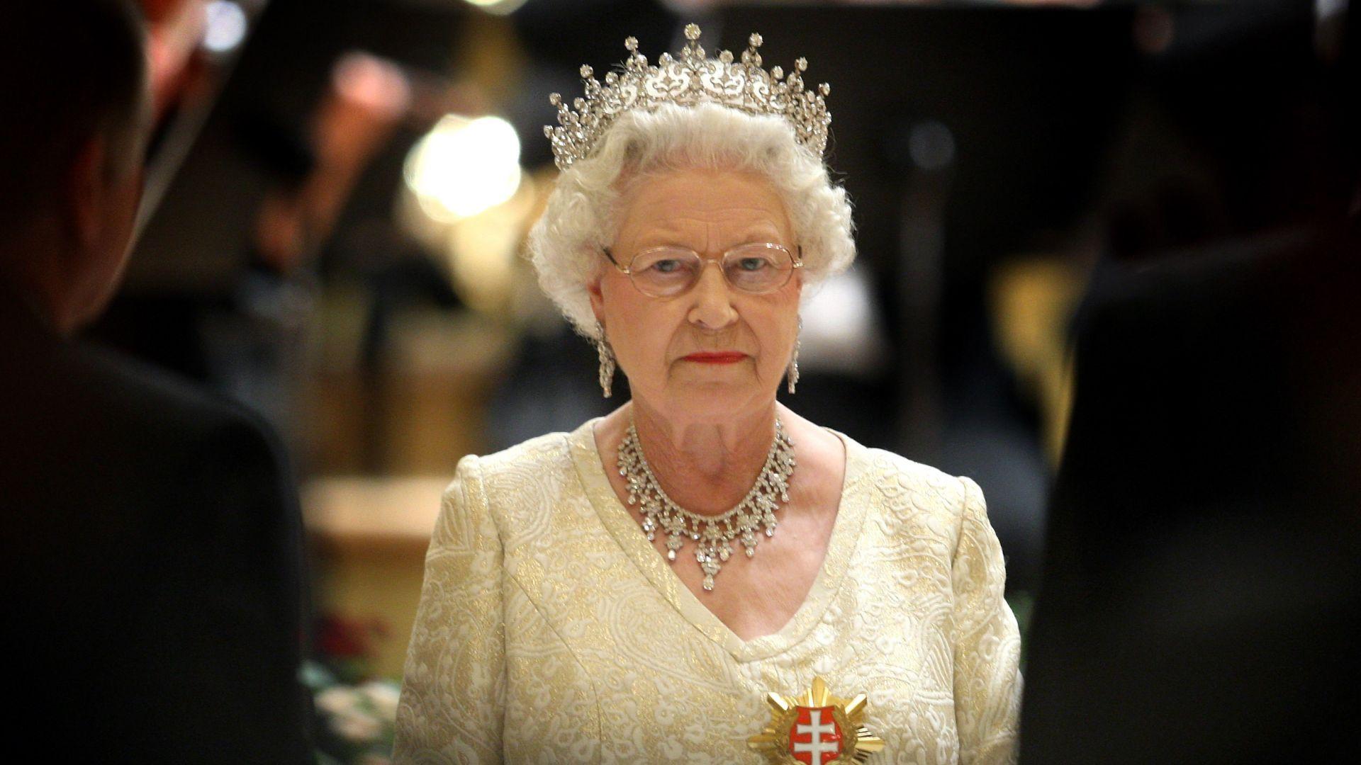 Търсят се двама нови готвачи за кралицата
