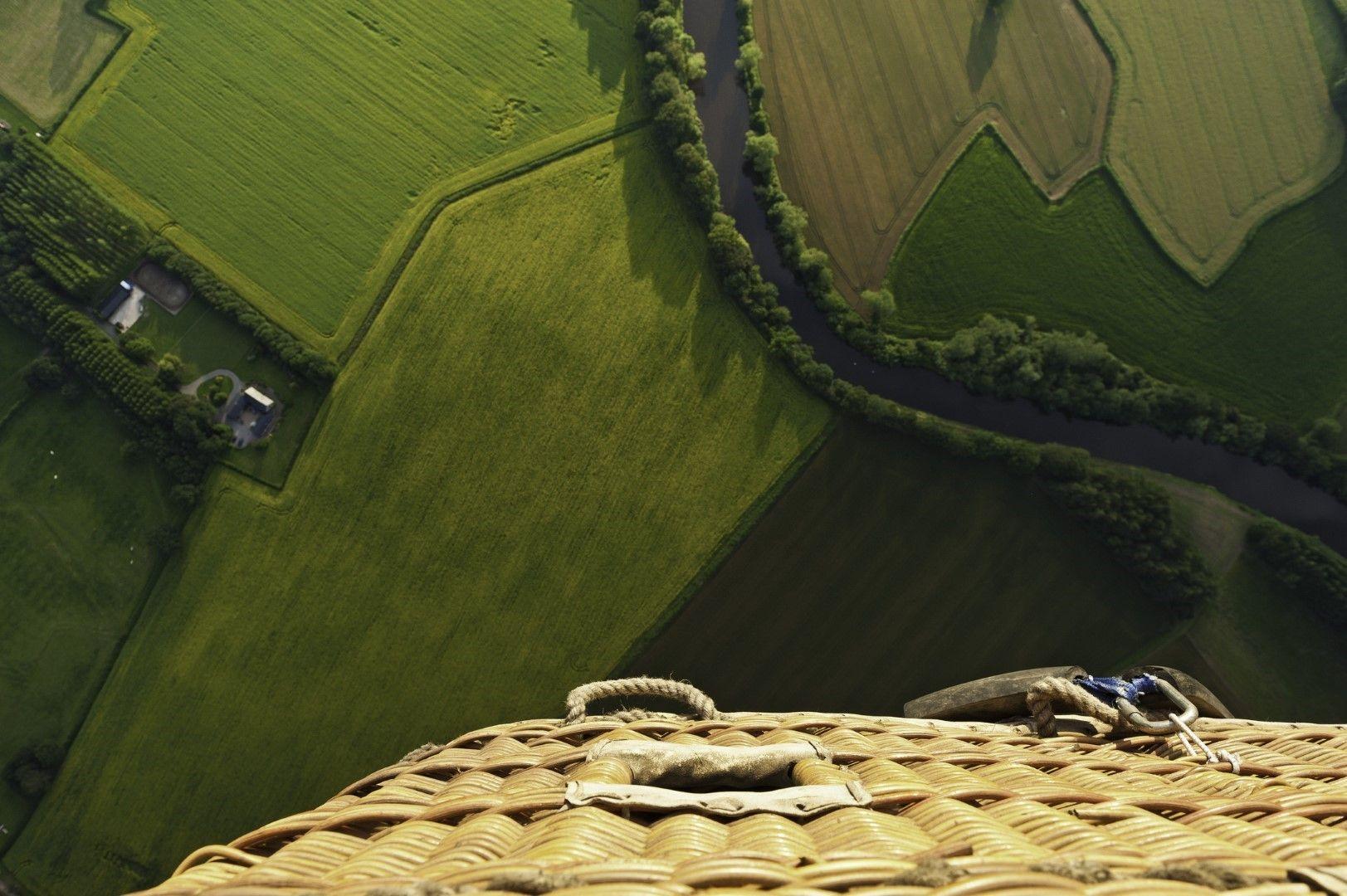 Поглед надолу от коша на балон
