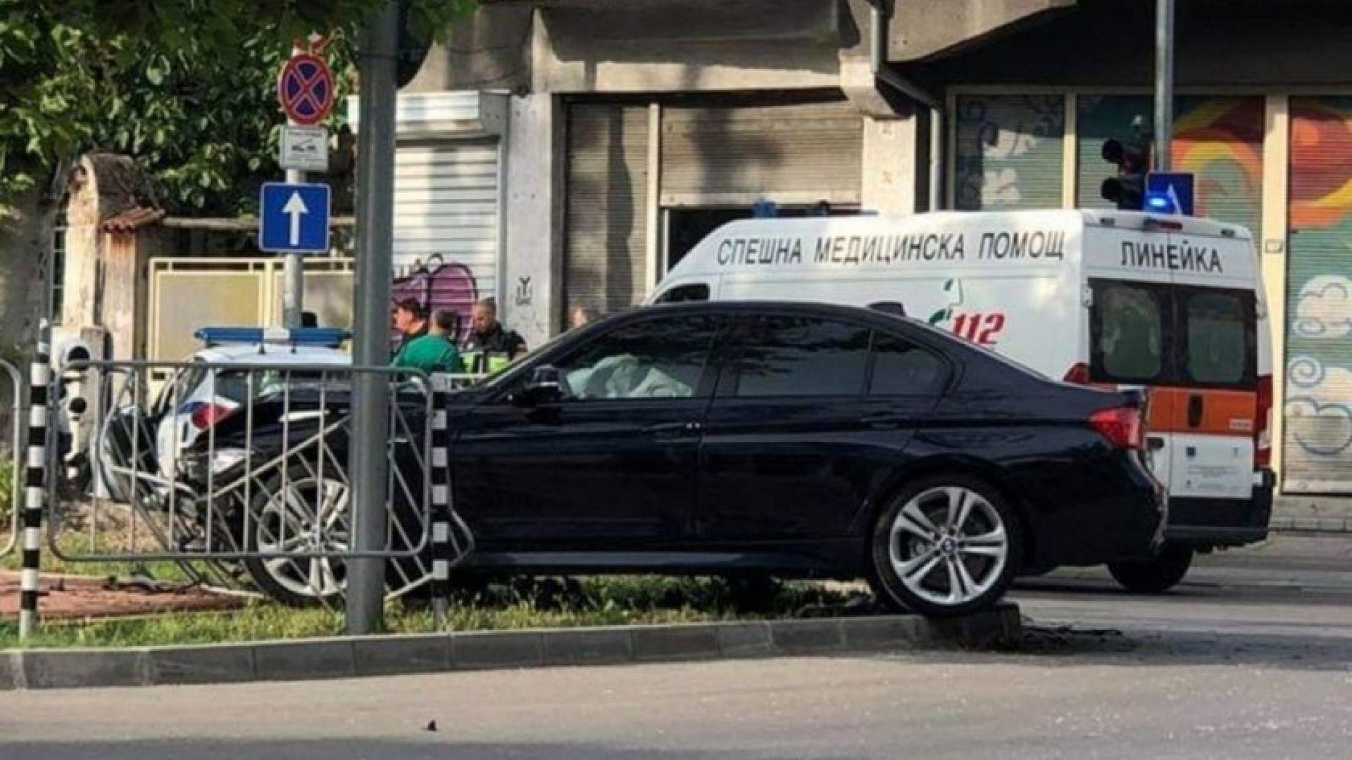 БМВ се заби в патрулка на възлово кръстовище в центъра на Пловдив
