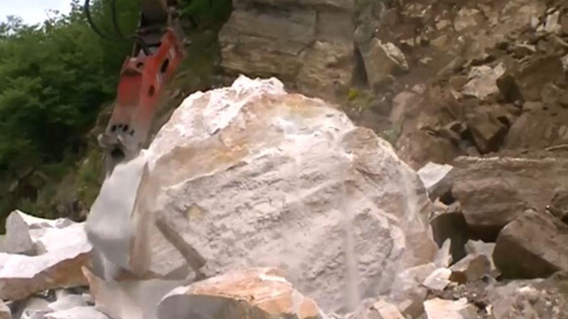 Над 100 тона скали и пръст рухнаха на пътя Кричим-Девин